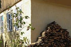 Das Holz der Platte im Dorf Stockbilder