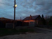 Das Holzhaus wird durch die untergehende Sonne belichtet lizenzfreie stockfotos