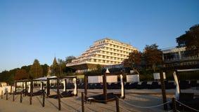 Das Hotel ist auf der Seeseite in Form eines Schiffs Stockbild