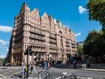 Das Hotel Russell, Russell Square, London, an einem sonnigen August-Tag lizenzfreie stockfotos