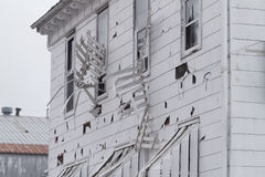 Das Hotelabstellgleis und -markisen, die durch Hagel ruiniert werden, stürmen Stockfoto