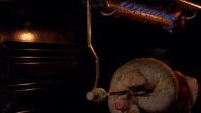 Das Huhn in der Ofenröstung auf einem Spucken stock video