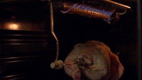 Das Huhn in der Ofenröstung auf einem Spucken stock video footage