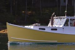 Das Hummerboot, das in frühem autumLobster Boot festgemacht wird, geht für schöne Tage ausarbeiten in Soutn in Süd-Bristol, Maine Stockbilder