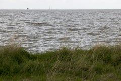 Das IJsselmeer dunkel und windig stockfotografie