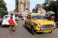 Das ikonenhafte gelbe Botschaftertaxi Kolkata Stockbilder