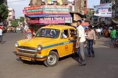 Das ikonenhafte gelbe Botschaftertaxi Kolkata Lizenzfreie Stockfotos