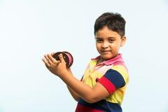 Das indisches kleines Kind oder Junge halten spindal oder chakri auf Festival Makar Sankranti, bereiten vor, um Drachen zu fliege Stockbild