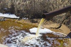 Das industrielle Abwasser wird vom Rohr entladen Lizenzfreies Stockbild