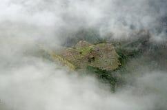 Das Inkadorf von Machu Picchu in den Wolken lizenzfreie stockfotografie