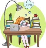 Das intelligente Mädchen, das nachts schlafend auf dem Schreibtisch mit Büchern studiert - Vector Illustration Lizenzfreie Stockfotografie
