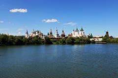 Das Izmailovo der Kreml und vernissage in Moskau auf der Bank des Teichs Lizenzfreie Stockbilder