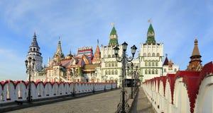 Das Izmailovo Kremlin und vernissage in Moskau Stockbilder