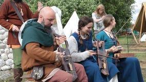 Das jährliche Festival in Kolomenskoye Rekonstruktion von altem Rus Traditionelles Musical des Straßenmusiker-Spiels stock footage
