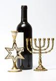 Das jüdische menorah, der Kerzenhalter und die Flasche des Weins Lizenzfreies Stockfoto