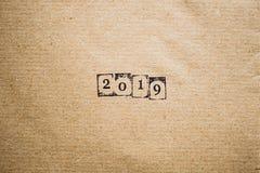 Das Jahr 2019 als Zahlen auf braunem Papier Lizenzfreies Stockfoto