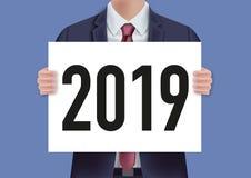 Das Jahr 2019, das auf einer weißen Platte eingeschrieben wurde, hielt durch einen Mann in einer Klage vektor abbildung