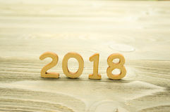 2018 das Jahr der hölzernen Zahlen auf hölzernem Hintergrund Stockbilder