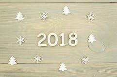 2018 das Jahr der hölzernen Zahlen auf hölzernem Hintergrund und Weihnachtsdekorationen Lizenzfreie Stockfotos