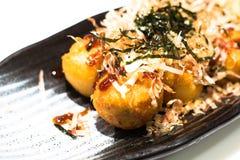 Das japanische Lebensmittel der Kosten-oben ist Takoyaki lokalisiert auf weißem Hintergrund stockfotografie