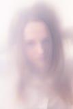 Das Jugendlichmädchen in einem Nebel Stockbild