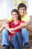 Das Jugendpaar, das auf Hochschule sitzt, tritt draußen Lizenzfreie Stockfotos