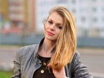 Das junge angenehme lächelnde Mädchen mit dem langen Haar Lizenzfreies Stockfoto