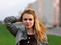 Das junge angenehme lächelnde Mädchen mit dem langen Haar Lizenzfreie Stockfotografie