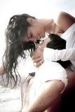 Das junge attraktive Paar, das draußen auf Strand küsst, schaukelt Stockbild