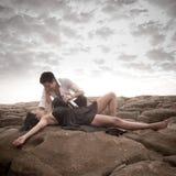 Das junge attraktive Paar, das einen Moment draußen auf Strand teilt, schaukelt Stockfotografie