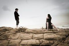 Das junge attraktive Paar, das einen Moment draußen auf Strand teilt, schaukelt Lizenzfreie Stockfotografie