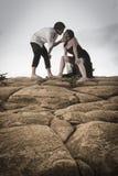 Das junge attraktive Paar, das einen Moment draußen auf Strand teilt, schaukelt stockfotos