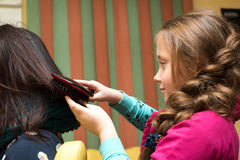 Das junge Friseurmädchen Lizenzfreie Stockfotos