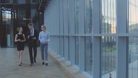 Das junge Geschäftsmannteam geht zur Sitzung lizenzfreie stockfotografie