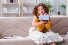 Das junge kleine Mädchen mit Gläsern vr virtueller Realität lizenzfreies stockfoto