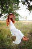 Das junge Mädchen auf einem Schwingen Stockbild