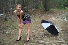 Das junge Mädchen blinzelt ein Auge Stockfotos