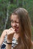Das junge Mädchen blinzelt ein Auge lizenzfreies stockbild