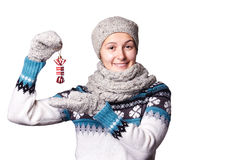 Das junge Mädchen, das ein Weihnachten hält, spielt, Dekorationssüßigkeit Copyspace Lizenzfreie Stockfotografie