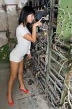 Das junge Mädchen an der alten Fabrik Stockfoto