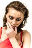 Das junge Mädchen in der Unterwäsche im Bett schreiend und abwischend zerreißt das Schmieren ihrer Hände stockfotos