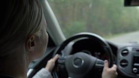 Das junge Mädchen hinter dem Rad eines Autos stock video footage