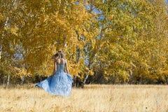 Das junge Mädchen im Holz Stockfotos
