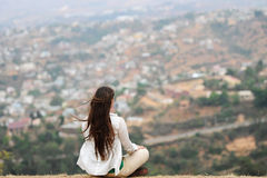 Das junge Mädchen meditiert in einer Lotoshaltung Lizenzfreies Stockfoto