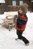 Das junge Mädchen mit Brennholz Lizenzfreie Stockfotos