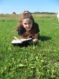 Das junge Mädchen mit Buch Stockfoto