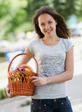 Das junge Mädchen mit dem Korb Stockfotos
