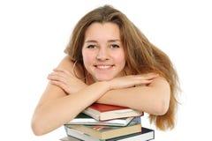 Das junge Mädchen mit dem langen Haar und dem Buch Lizenzfreie Stockfotografie