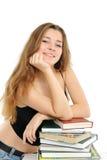 Das junge Mädchen mit dem langen Haar und dem Buch Stockfotografie