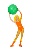Das junge Mädchen mit dem Schweizer Ball lokalisiert auf Weiß Lizenzfreies Stockfoto